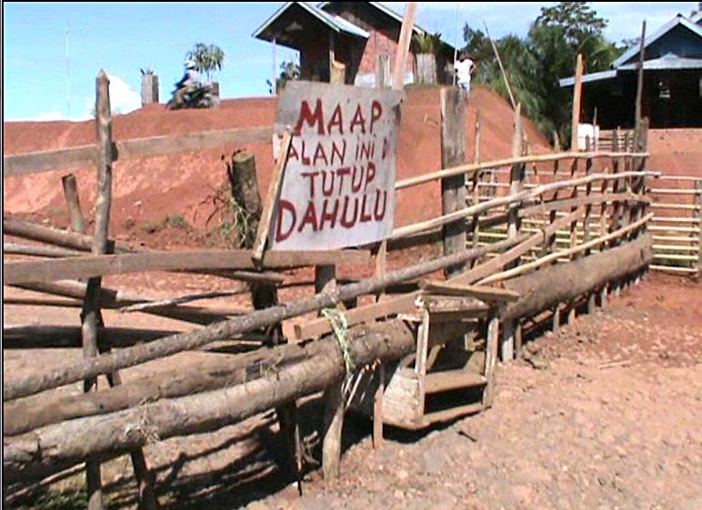Jalan yang ditutup oleh warga