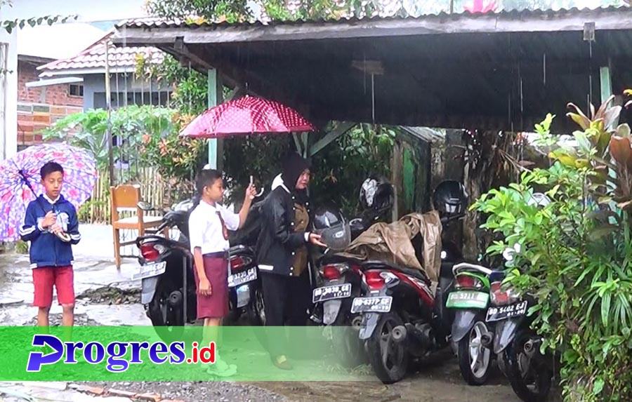 Seorang siswa SD di Kepahiang berinisiatif memayungi gurunya yang baru tiba