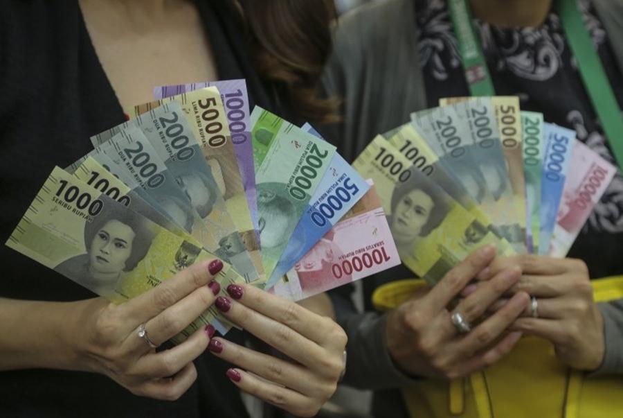 Nasabah menukarkan uang kertas rupiah pecahan lama ke pecahan baru tahun emisi 2016 di Kantor Perwakilan/ Foto: Republika