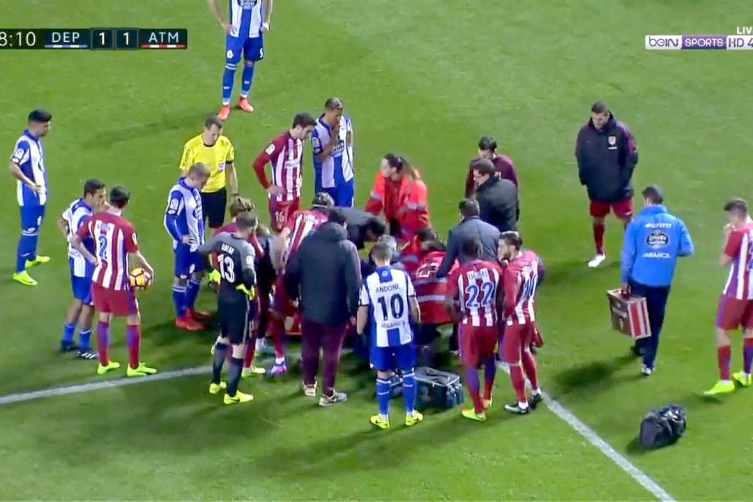 Fernando Torres terkapar tak sadarkan diri usai ditabrak dari belakang oleh pemain Devortivo, Alex Bergantinos   Foto : BeinsportsHD