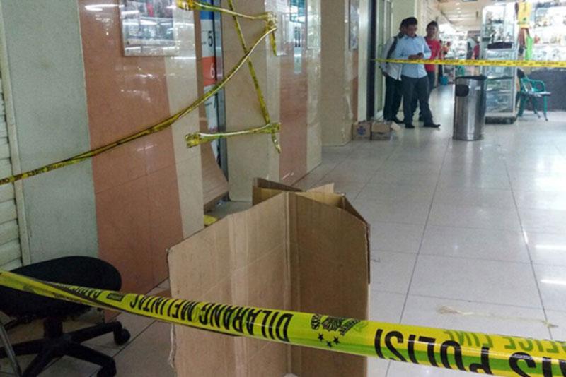 Lift yang anjlok di pusat perbelanjaan Blok M Square, Jakarta Selatan, diberi garis Polisi | Foto : Okezone