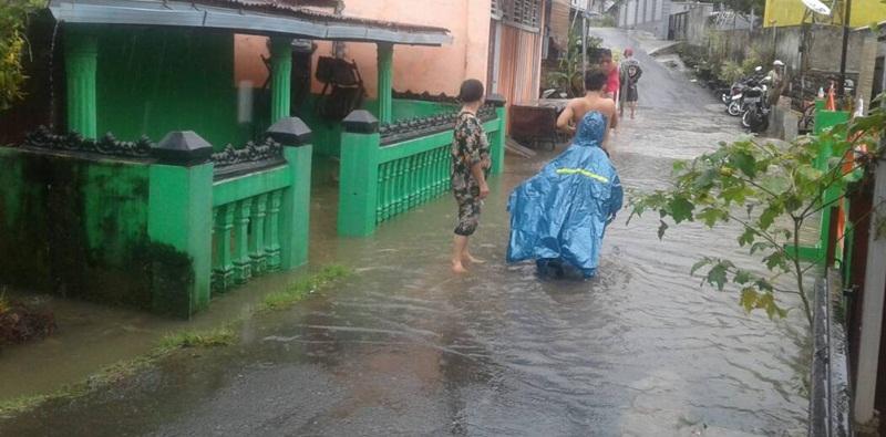 Kondisi air yang membanjiri perumahan warga/Progres.id/Feri