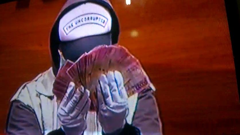 Pegawai KPK tengah menunjukkan uang hasill OTT di Bengkulu saat konfrensi pers di jakarta/progres.id