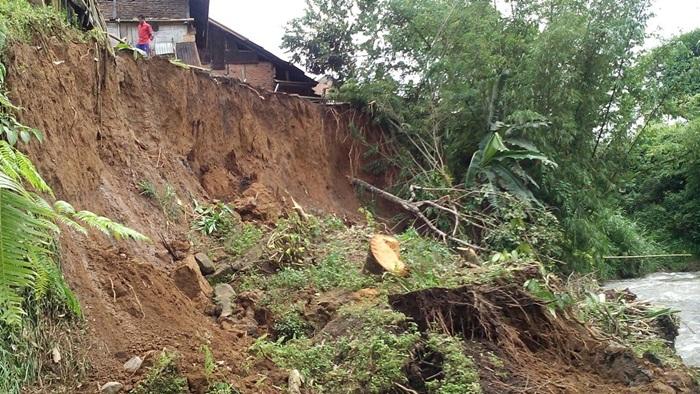 Lokasi longsor yang berada tepat di dekat perumahan warga Desa Taba Renah/foto: Hasan Basri/Progres.id