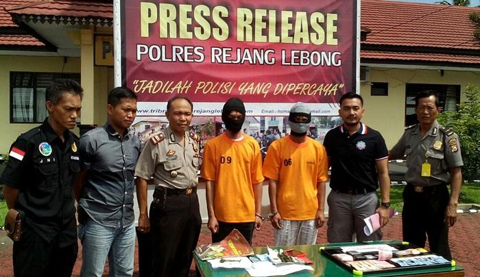 Kedua tersangka bandar sabu saat konferensi pers di Mapolresta Rejang Lebong/foto; Hasan Basri/progres.id