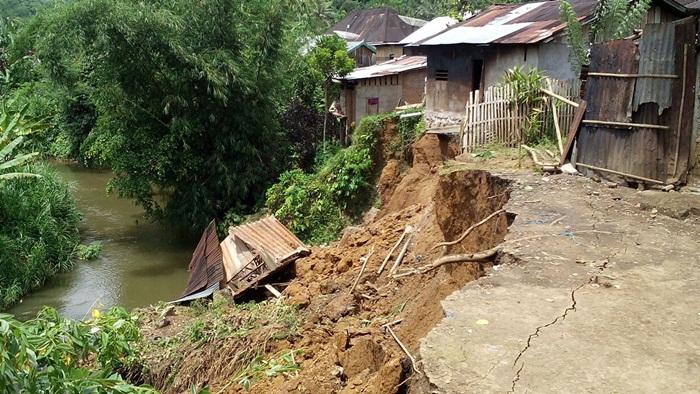 Kondisi Rumah warga Desa Taba Renah  yang berdampak longsor/foto: hasan Basri/Progres.id