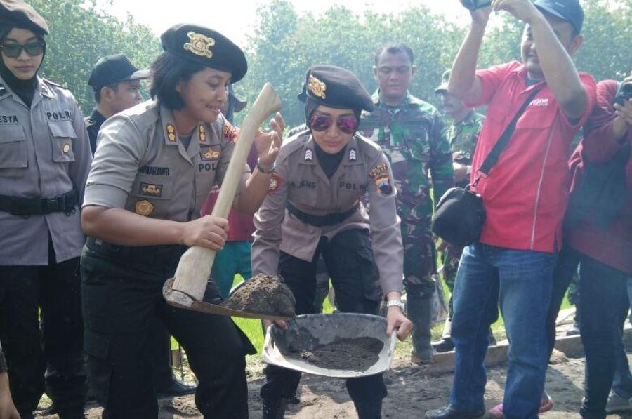 Tampak Polwan membantu Satgas TMMD bekerja | Foto: Dok. Kodim Pati/PROGRES.ID