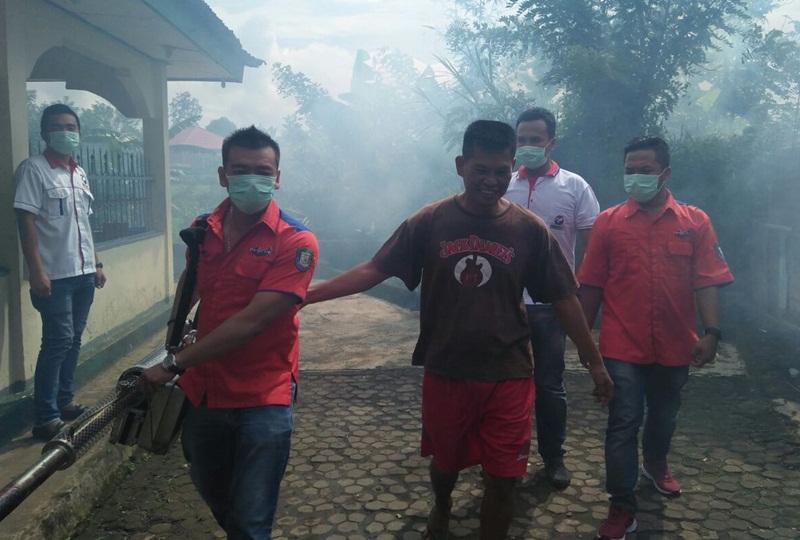 Ketua DPD Rescue Perindo Putra Mas Wigoro bersama tim saat lakukan fogging\foto: Ist\PROGRES.ID
