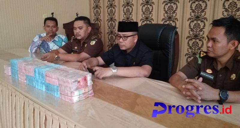 Kajari Kepahiang di dampingi Para Kasi bersama uang yang dikembalikan tersangka dugaan korpsi TIC/foto: Koko/PROGRES.ID