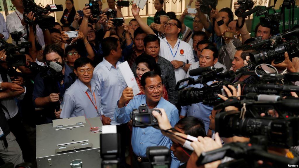 Perdana Menteri Kamboja dan Presiden Partai Rakyat Kamboja (CPP) Hun Sen bersiap untuk memberikan suaranya di sebuah tempat pemungutan suara selama pemilihan umum di Takhmao, Provinsi Kandal, Kamboja, 29 Juli 2018 | Foto: VOA Indonesia