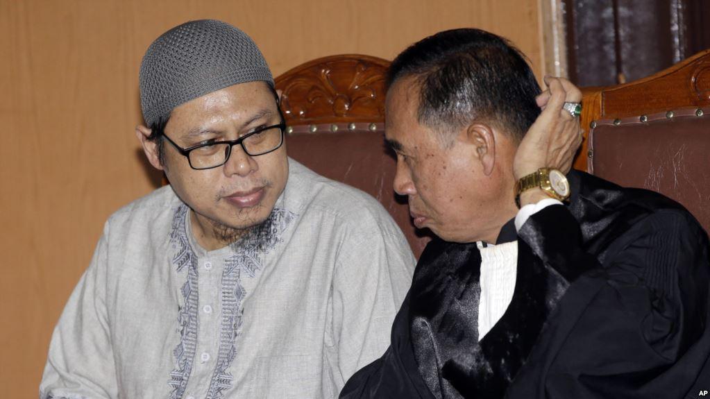 Zainal Anshori dari Jemaah Anshorut Daulah (JAD) berdiskusi dengan kuasa hukum Asludin Hatjani dalam sidang pembacaan putusan di Pengadilan Negeri Jakarta Selatan, 31 Juli 2018.