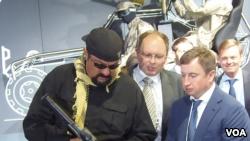 Aktor film asal AS, Steven Seagal, berkunjung ke Pameran Senjata Moskow, 2014. Kremlin menganggap penting hubungan dengan berbagai macam warga AS, Seagal sering berkunjung ke Rusia, dan Putin telah memberikannya kewarganegaraan Rusia (foto: VOA China-Bai Hua)