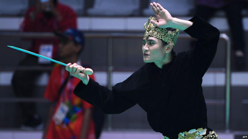 Sugianto saat tampil dalam putaran penyisihan Grup B seni perorangan putra cabor pencak silat di Asian Games, Jakarta, 25 Agustus 2018 (Foto: AFP via VOA Indonesia)