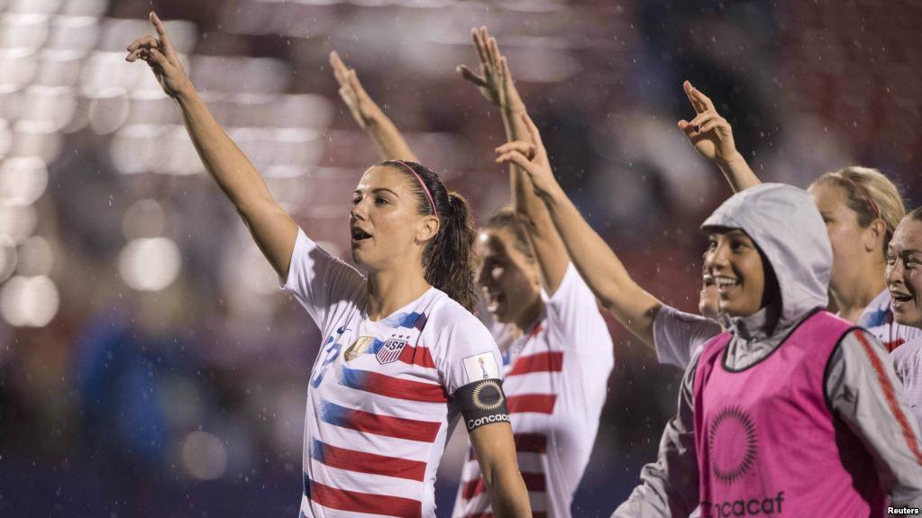 Pemain depan timnas sepak bola putri AS, Alex Morgan (13) dan rekan-rekan satu tim merayakan kemenangan atas Jamaika di turnamen CONCACAF di Stadion Toyota, 14 Oktober 2018. (Foto: Jerome Miron-USA TODAY Sports via Reuters)