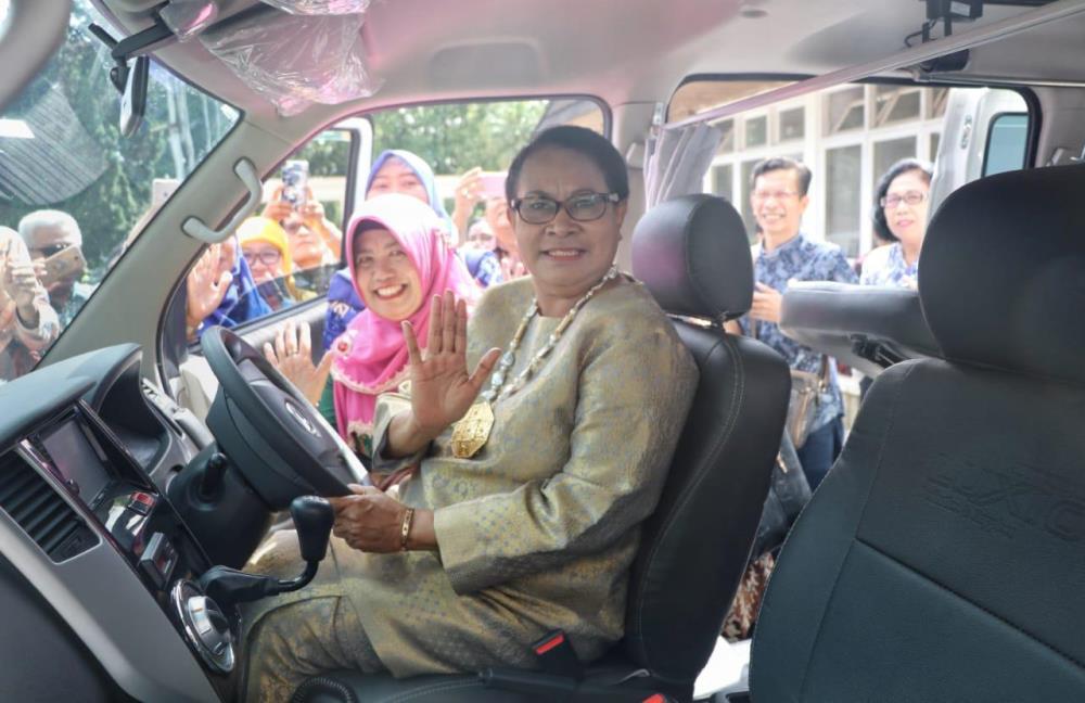 Menteri Yohana saat mencoba mobil PPPA (Foto: Dok. Kementerian PPPA)
