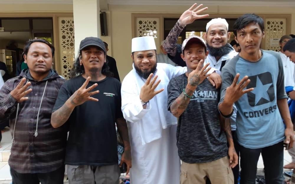 Walikota Bengkulu Helmi Hasan berpose dengan para pemuda yang memilih untuk hijrah berbakti pada Islam (Foto: Media Center Pemkot Bengkulu/PROGRES.ID)