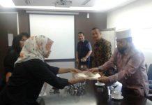 Walikota menyerahkan proposal