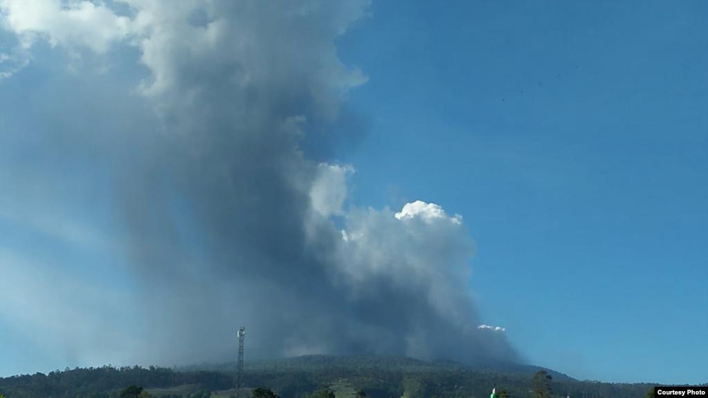 Kolom abu Gunung Tangkuban Parahu terlihat berwarna kelabu dengan intensitas tebal condong ke arah timur laut dan selatan. (Foto courtesy: BNPB)