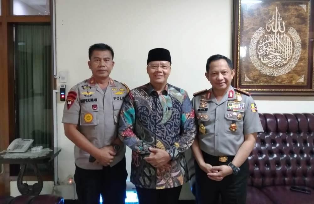 Gubernur Bengkulu Rohidin Mersyahdengan diapit Kapolri Tito Karnavian dan Kapolda Bengkulu Supratman (Foto: Med. Center Prov. Bengkulu/PROGRES.ID)