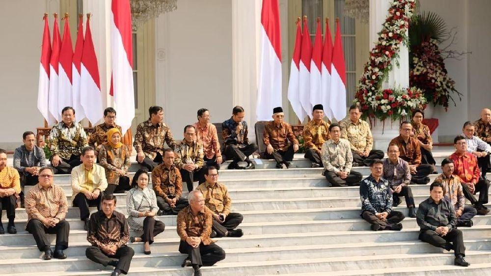 Sambil duduk di undakan tangga, Jokowi didampingi Wapres KH Ma'ruf Amin mengumumkan nama-nama menterinya (Foto: Detikcom)