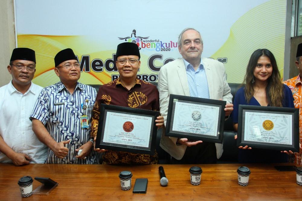 Gubernur Bengkulu Rohidin mersyah dan Presiden AVPA Phillipe Juglar menunjukkan 3 penghargaan brand Bencoolen Coffee yang memenangi kompetisi kopi beberapa waktu lalu di BSD City, Tangerang Selatan, Banten (Foto: MedCen Prov Bengkulu)
