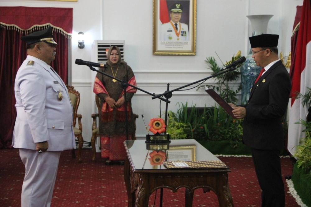 Gubernur Bengkulu Rohidin Mersyah melantik Rifa'i Tajudin sebagai Wakil Bupati Bengkulu Selatan  periode sisa masa jabatan 2016-2021 (Foto: MedCen Pemprov Bengkulu)