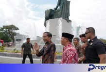 Presiden Jokowi melambaikan tangan