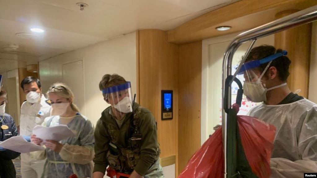 Personel medis Guardian Angels bersama para petugas dari Pusat Pengendalian dan Pencegahan Penyakit AS (CDC) bersiap memeriksa para tamu di kapal pesiar Grand Princess, di lepas pantai California, 5 Maret 2020. (Foto: Garda Nasional California via Reuters)
