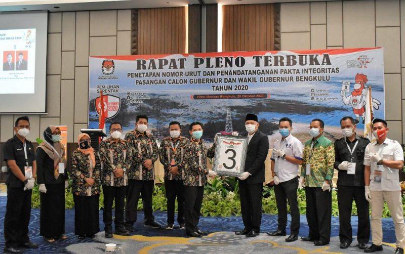Ketua KPU Provinsi Bengkulu Irwan Saputra didampingi komisioner lainnya menyerahkan nomor urut kepada calon wagub Imron Rosyadi (Foto: Dok. KPU Provinsi Bengkulu)