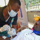 Seorang perawat menyiapkan donor darah dalam penggalangan donor yang diselenggarakan oleh Rotary club dan Dinas Transfusi Darah di City Square, Kampala, Uganda, 19 September 2020 (Foto: AP via VOA Indonesia)