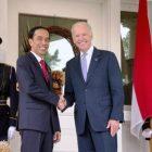 Joe Biden saat masih menjabat sebagai Wapres AS berjabat tangan dengan Presiden Joko Widodo saat tiba untuk menghadiri jamuan makan siang di Naval Observatory, 28 Oktober 2015 (Foto: Setpres)
