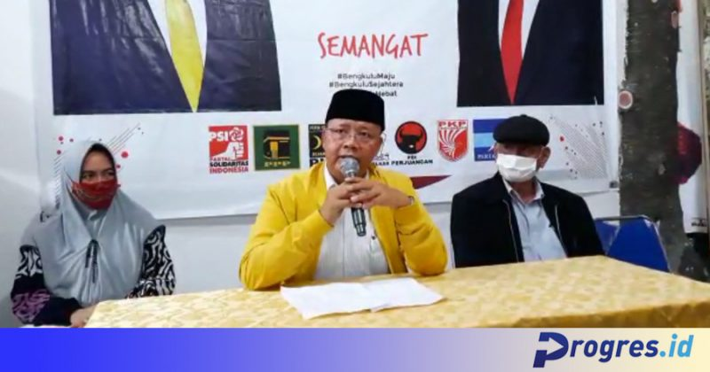Calon Gubernur Bengkulu petahana Rohidin Mersyah menyampaikan konferensi pers di Posko Pemenangan Rohidin-Rosjonsyah pada Rabu sore (09/12/2020)