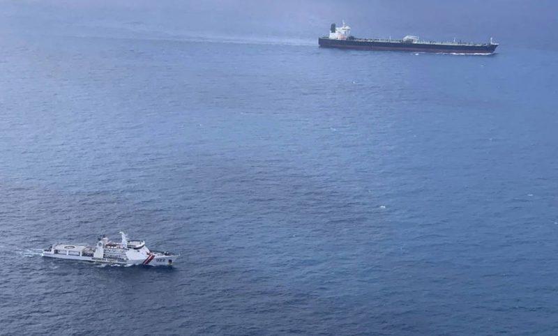 Dalam foto yang dirilis oleh Badan Keamanan Laut (Bakamla) pada 26 Januari 2021 ini, kapal milik Bakamla mengawal kapal tanker MY Horse berbendera Iran (belakang, kanan atas) untuk berlayar menuju perairan Kepulauan Batam (Foto: AP via BenarNews.org)