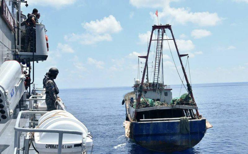 KRI Imam Bonjol-363 (kiri) mendekati kapal nelayan Cina (kanan) di perairan Natuna yang melakukan penangkapan ikan di wilayah perairan Indonesia tersebut, 21 Juni 2016. (Foto: TNI AL/AFP via BenarNews.org)