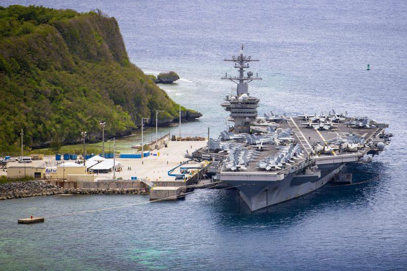 Kapal induk AS USS Theodore Roosevelt (CVN 71) bersandar di dermaga di Pangkalan Laut Guam, 15 Mei 2020.(Foto: AFP via Benarnews.org)