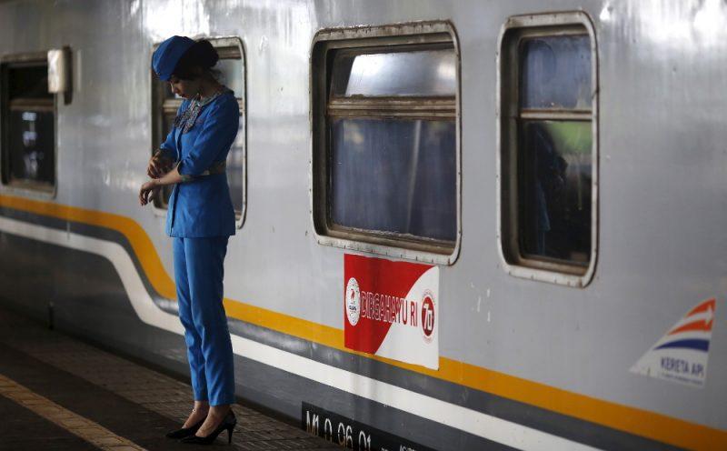 Seorang petugas menunggu para penumpang sebelum keberangkatan kereta api ke Bandung, di stasiun Gambir, Jakarta, 31 Agustus 2015. (Foto: Reuters via BenarNews.org)
