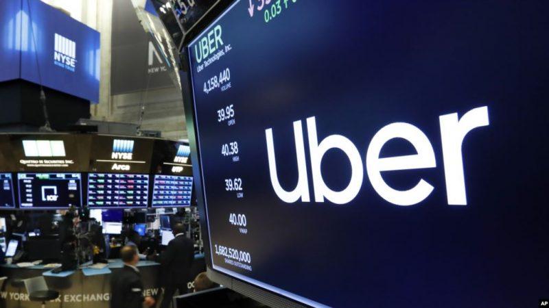 Logo Uber di lantai bursa New York Stock Exchange, 30 Mei 2019. (Foto: AP via VOA Indonesia)