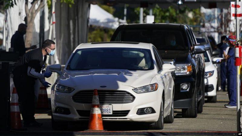Para nakes menunggu di mobil untuk menjalani vaksinasi COVID-19 di San Diego, California (dok: AP/Gregory Bull via VOA Indonesia)