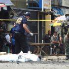 Polisi memeriksa lokasi ledakan bom fatal di luar sebuah gereja Katolik Roma di Jolo, ibu kota provinsi Sulu di Filipina selatan, 27 Januari 2019 (Foto: AP via Benarnews.org)
