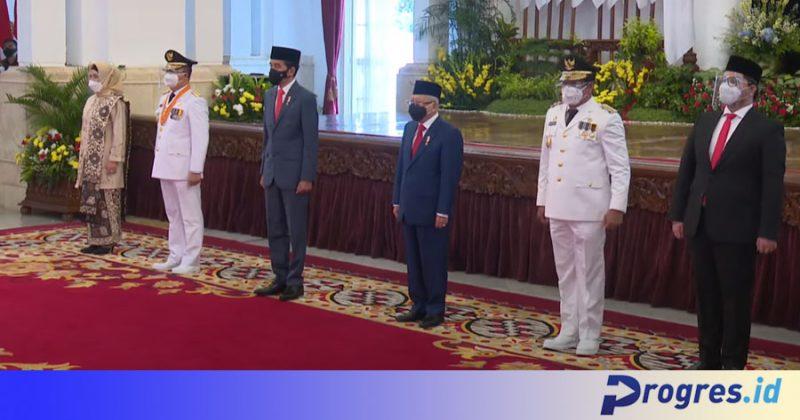 Presiden Joko Widodo dan Wapres Ma'ruf Amin berfoto bersama Gubernur Rohidin Mersyah serta istri dan Rosjonsyah beserta pendampingnya (Foto: Tangkapan Layar/PROGRES.ID)