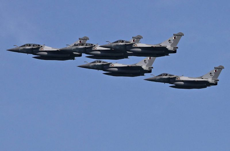 Dalam foto tertanggal 18 Desember 2020 ini Angkatan Udara Qatar menampilkan pesawat tempur Dassault Rafale buatan Prancis dalam acara peringatan hari national Qatar di Doha. (Foto: AFP via BenarNews.Org)