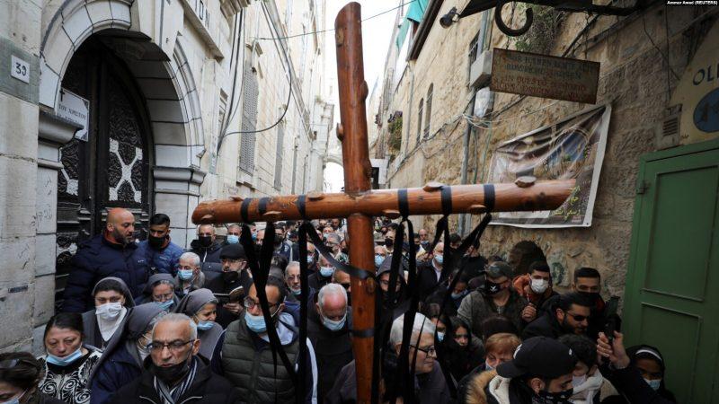 Umat Kristen dalam prosesi Jumat Agung di sepanjang Via Dolorosa di tengah pembatasan COVID-19, selama Pekan Suci Paskah di Kota Tua Yerusalem, 2 April 2021. (Foto: REUTERS/Ammar Awad)