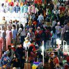 Warga tampak berkerumun membeli keperluan untuk menyambut Idul Fitri di tengah pandemi COVID-19 yang belum mereda, di Pasar Tanah Abang di Jakata, 3 Mei 2021 | Foto: Reuters via Benarnews.org