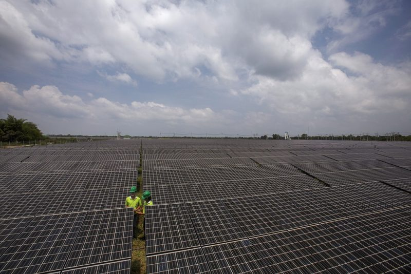 Pegawai perusahaan pembangkit listrik tenaga surya mencatat informasi dari panel-panel pembangkit listrik di provinsi Nakorn Ratchasima, Thailand, yang sedang meningkatkan upaya untuk mendiversifikasi sumber energi dari batu bara (Foto: Reuters via BenarNews.org)