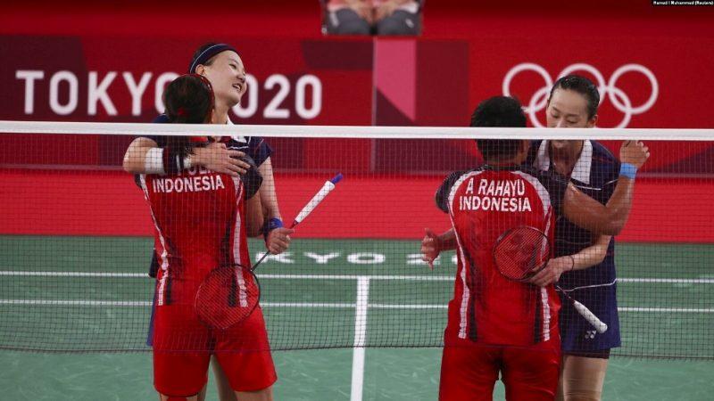 Greysia Polii dari Indonesia dan Apriyani Rahayu dari Indonesia berinteraksi dengan Lee So-Hee dari Korea Selatan dan Shin Seung-Chan dari Korea Selatan setelah Indonesia memenangkan pertandingan. (Foto: REUTERS/Hamad I Muhammad)