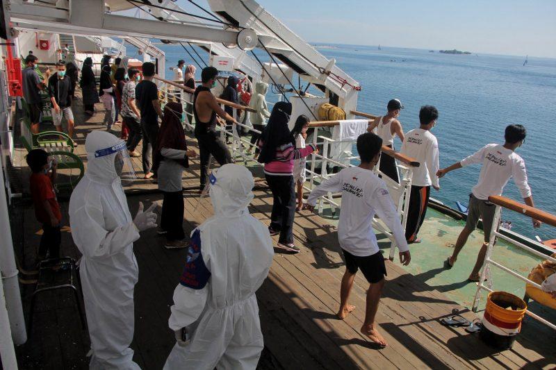 Penderita COVID-19 ringan yang menjalani perawatan melakukan senam pagi di geladak kapal penumpang Umsini yang diubah menjadi pusat isolasi bagi mereka yang tertular virus corona, di Makassar, Sulawesi Selatan, 8 Agustus 2021. (Foto: AFP via Benarnews.org)