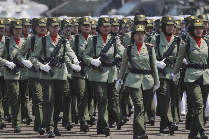 Korps Wanita Angkatan Darat berbaris dalam parade peringatan HUT TNI ke-74 di Jakarta, 5 Oktober 2019. (Foto: Benarnes.org via AP)