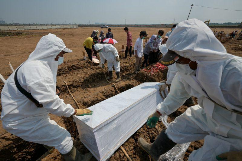 Petugas makam mengubur korban COVID-19 di tempat pemakaman Rorotan di Jakarta, 4 Agustus 2021. (Foto: AFP via BenarNews.org)
